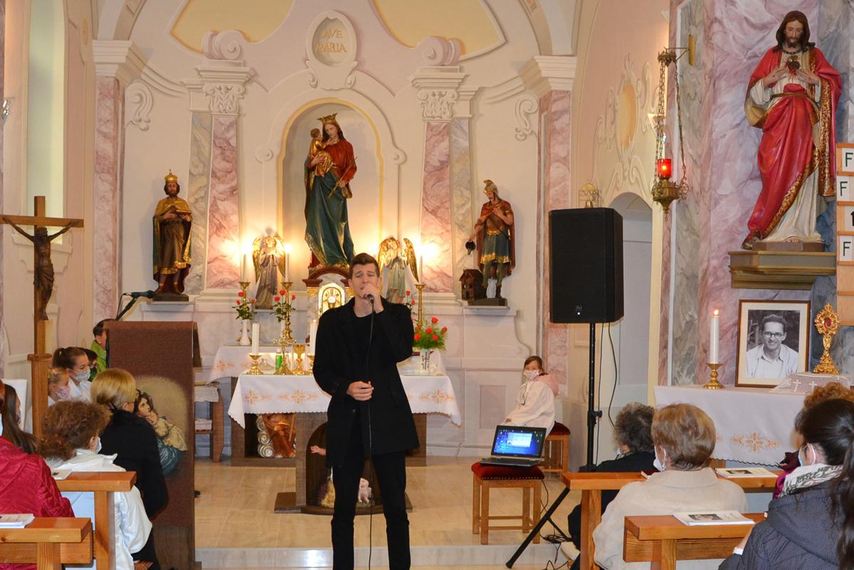László Attila énekével lett még meghittebb és ünnepélyesebb a szentmise