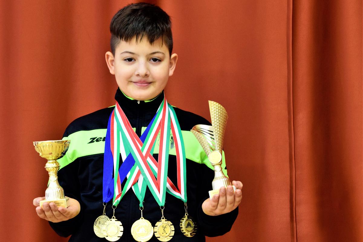 Princz Bence, a toronyi súlyemelő fiú sorozatban áll a dobogó legfelsőbb fokán