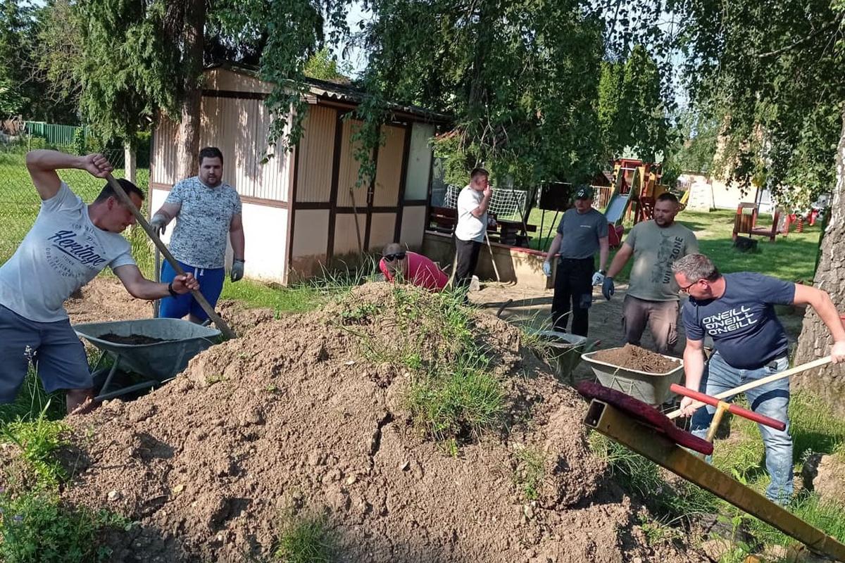 Önkéntesek dolgoztak az óvodánál – máshol is elkel a segítség, várják a jelentkezéseket